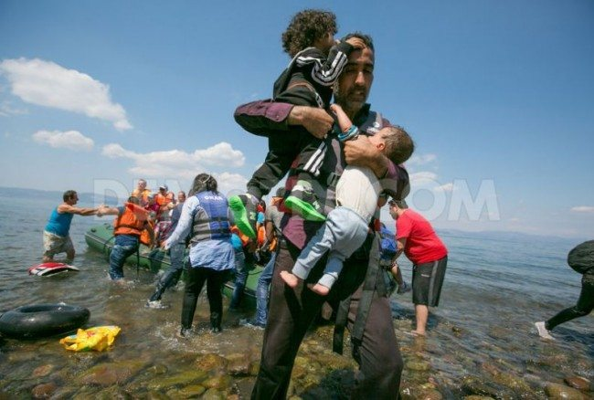 1440411498-refugees-arrive-by-boat-on-lesbos-greece_8376015