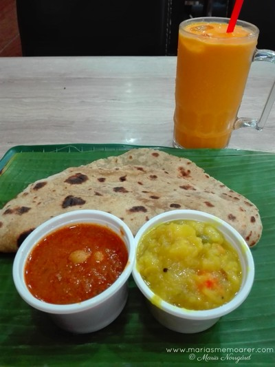 Food in Singapore - Indian chapati and mango lassi in Little India / Mat i Singapore - indiskt