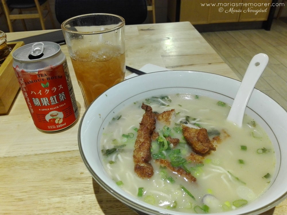 Chinese cuisine in Singapore / kinesisk mat i Singapore: Pork chop noodle soup and Apple ice tea