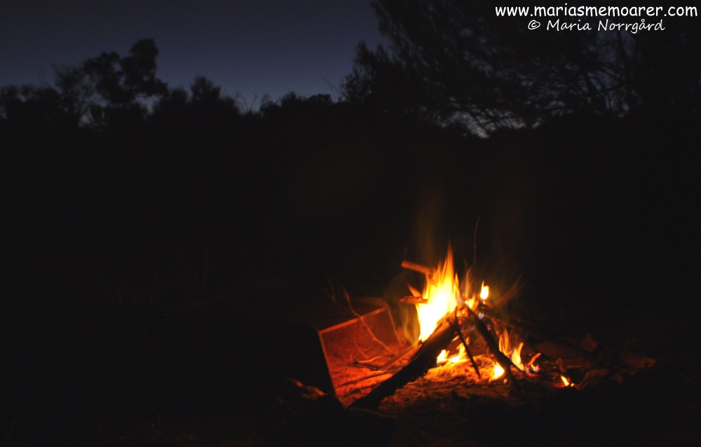 Camping with campfire in the Red Centre, Northern Territory, Australia / camping med lägereld i Australiens outback