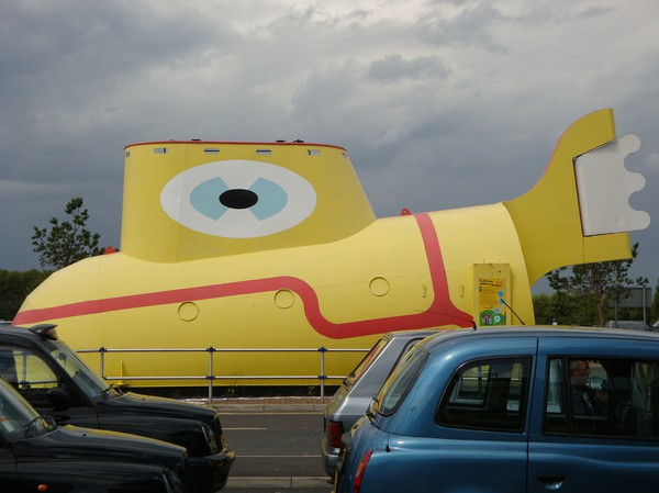The Yellow Submarine utanför John Lennonflygplatsen i Liverpool.