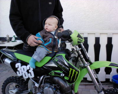 Little Binny rid´n his bike