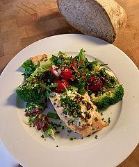 Lax med fetaost och varm broccolisallad